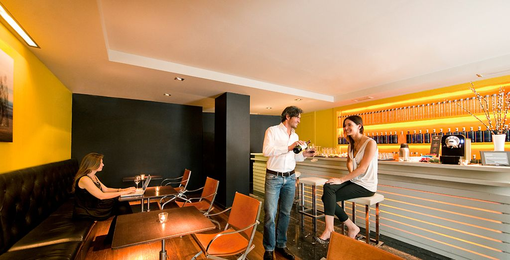 Bar de cortesía. Exclusivo para clientes, con café y bebidas gratuitas hasta las 22h00