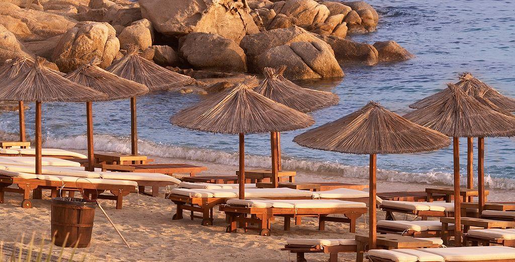 Toma el sol en la playa privada del hotel