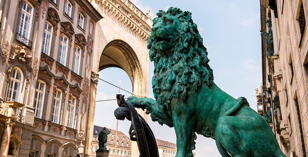 Pasea por sus calles y plazas, como la de Odeonplatz
