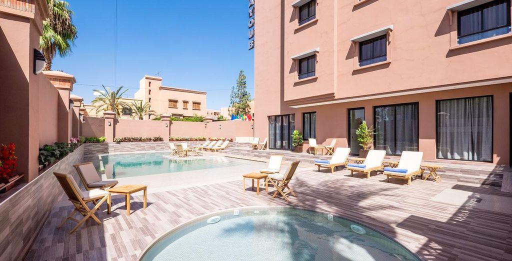 Disfruta de la piscina exterior del hotel