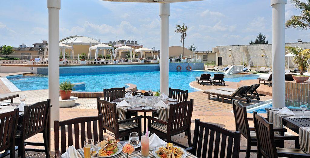 Saborea un aperitivo junto a la piscina