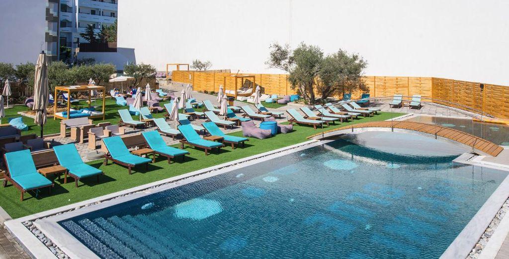 Disfruta de la piscina exterior o relájate al sol