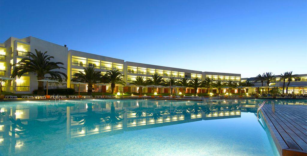 Vistas del resort y su piscina central