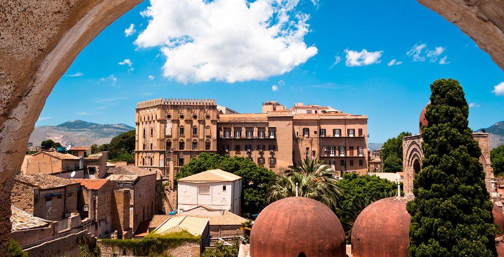 Desfruta de las preciosas vistas al Palacio Normando y las cúpulas de San Giovanni Eremiti