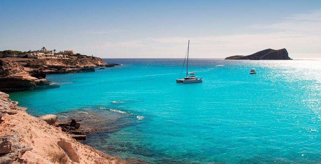 Aguas turquesas, un sol radiante, alegría... ¡Ibiza te está esperando!