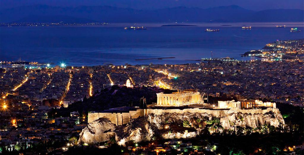 Vistas de la ciudad de Atenas iluminada por la noche