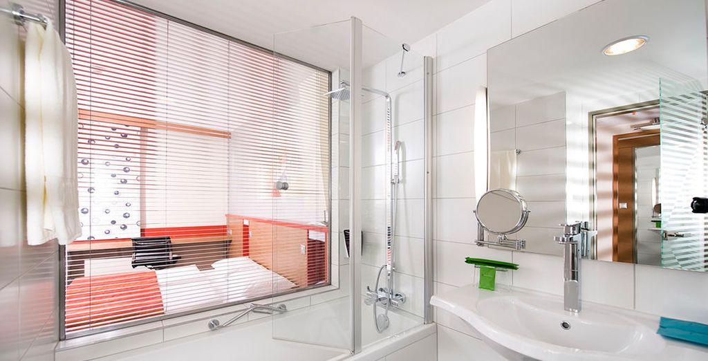 Baño totalmente equipado con bañera
