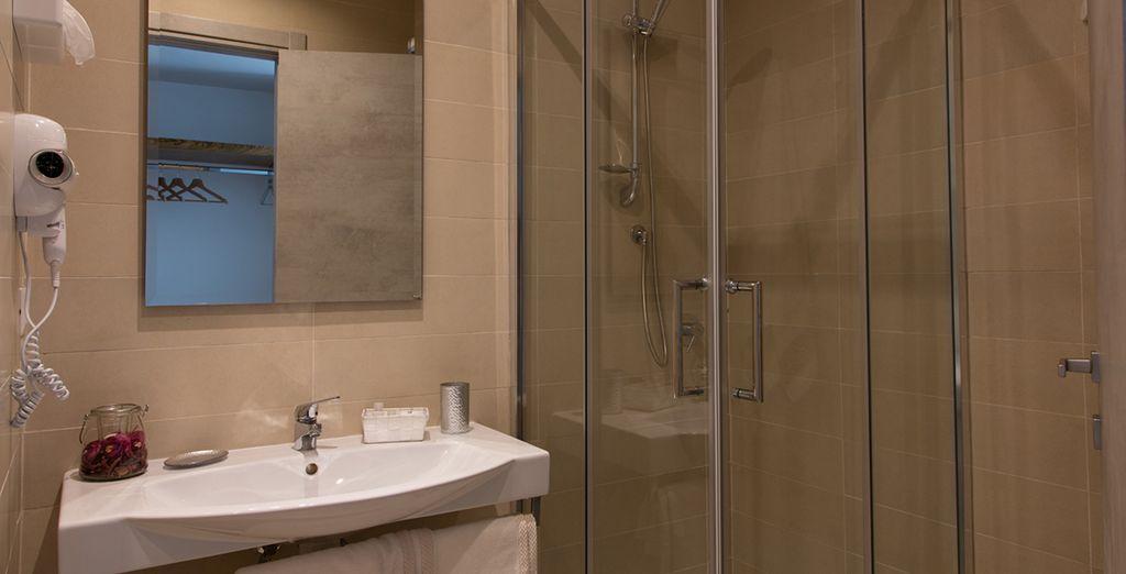El baño dispone de ducha, secador de pelo y artículos de aseo
