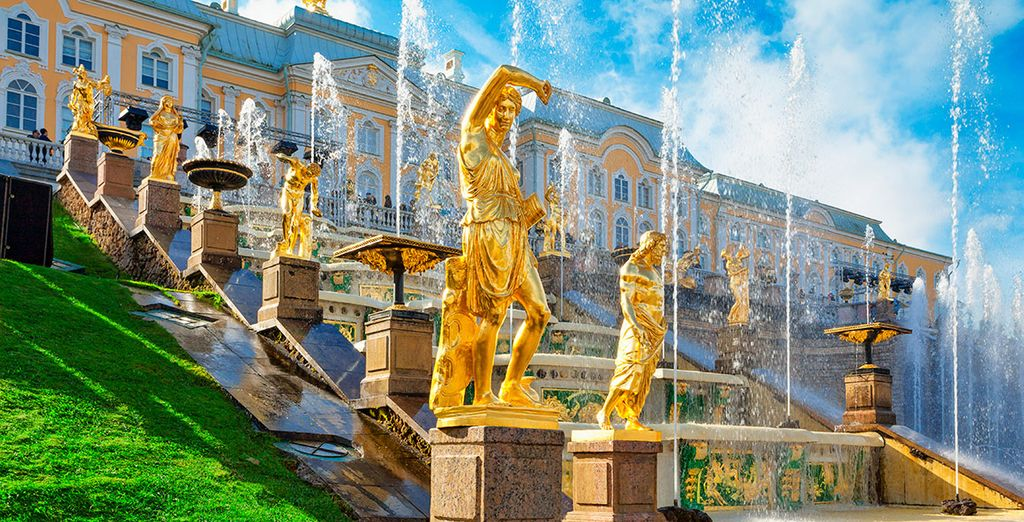 Opcionalmente, podrás visitar el palacio de Peterhof, conocido como el Versalles ruso