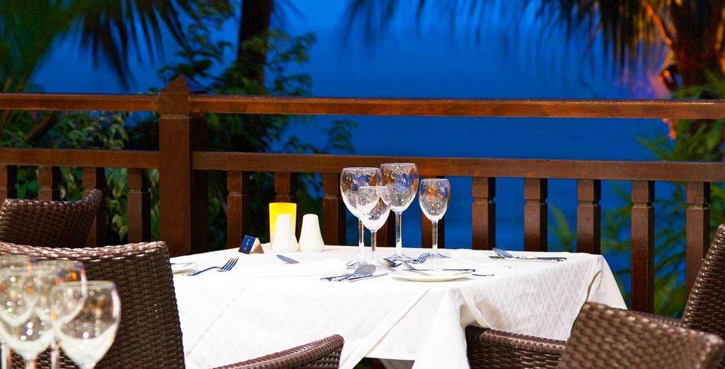 ... con una impresionante terraza con vistas al mar