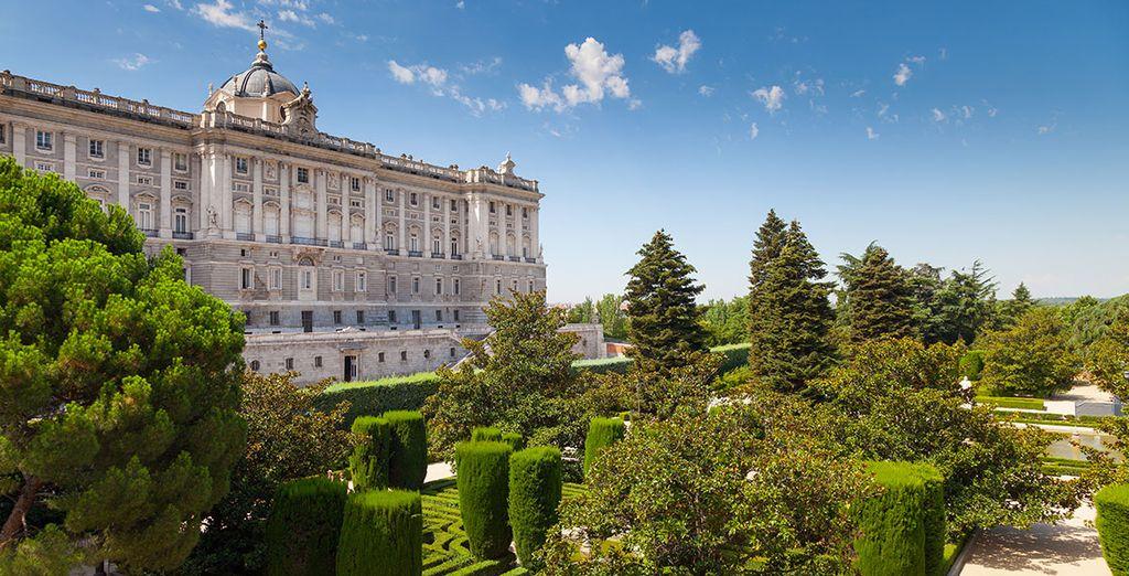 El hotel se sitúa frente al Palacio Real y los pintorescos jardines Sabatini