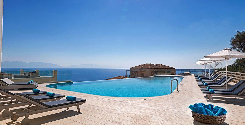 Una piscina infinity con vistas al mar