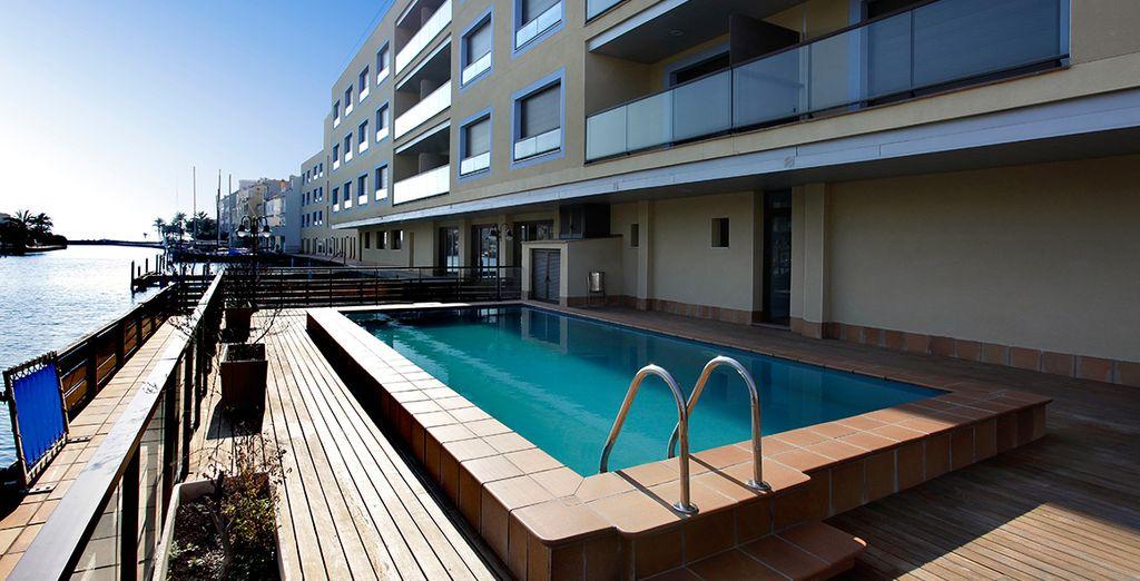 Disfruta de la piscina de Pierre & Vacances Empuriabrava Marina