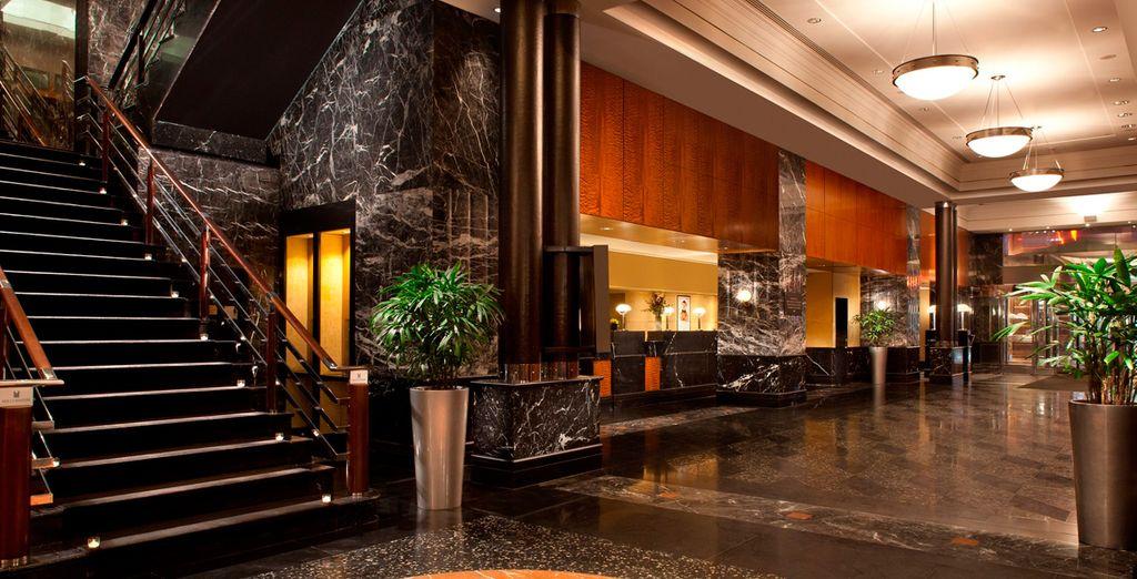 Un elegante hotel con completos servicios e instalaciones