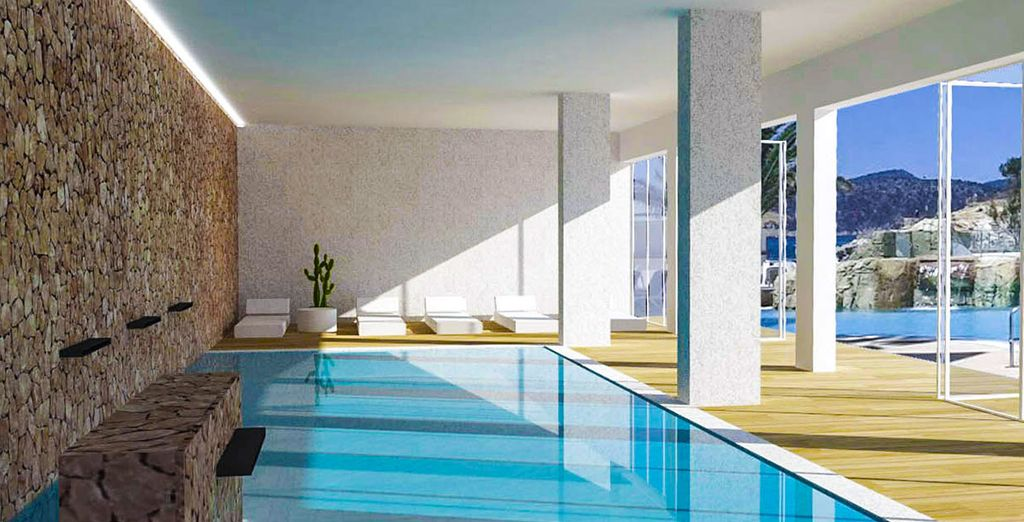 Y si lo deseas también podrás refrescarte en la piscina interior