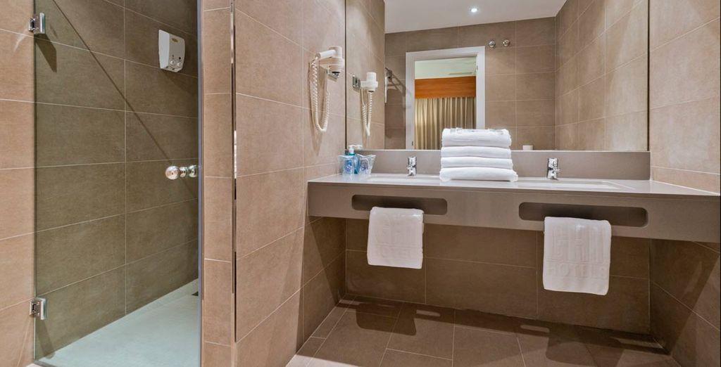 Con un completo y funcional baño propio