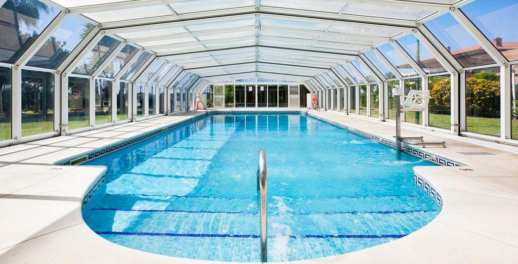 Con una piscina interior