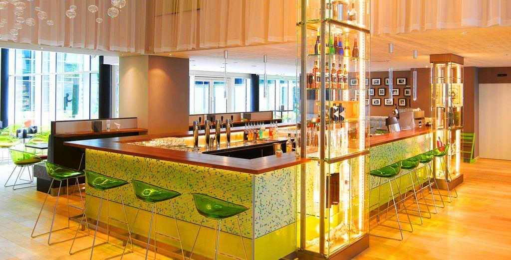Toma una copa en el Lounge Bar