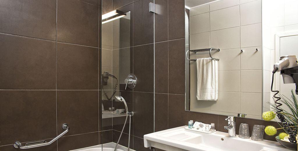 Con un baño moderno y completamente equipado