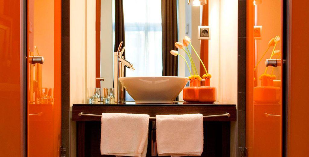Con baño de diseño en colores naranja