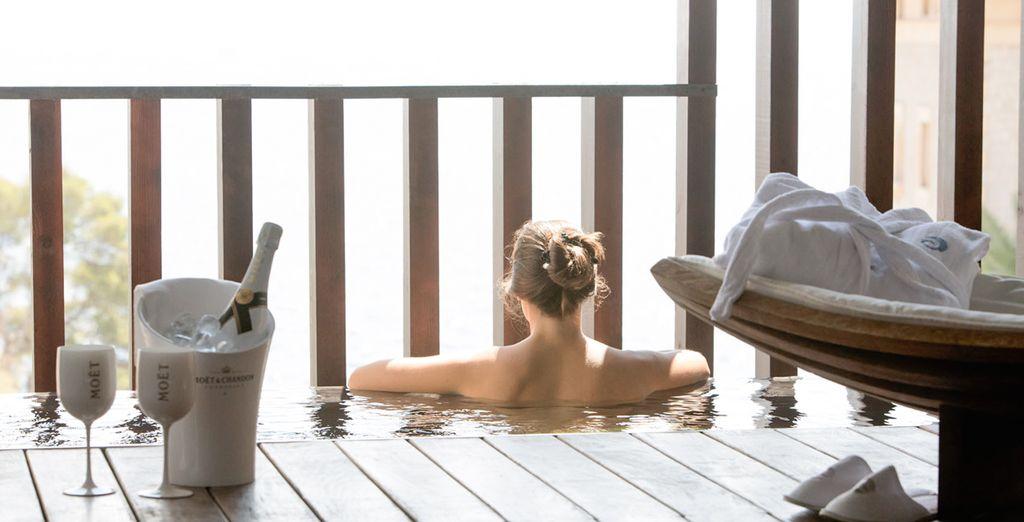 Con una terraza y una piscina zen