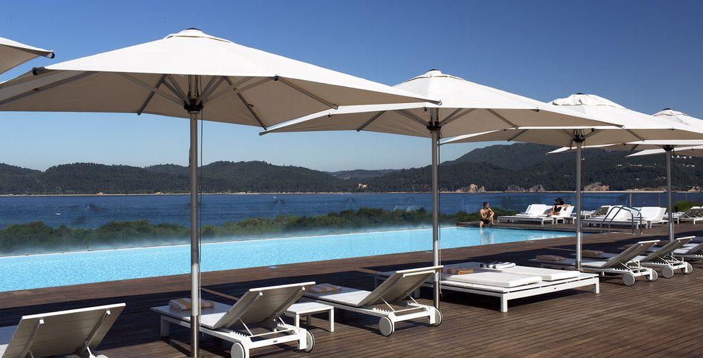 Refréscate en su piscina y relájate con las vistas