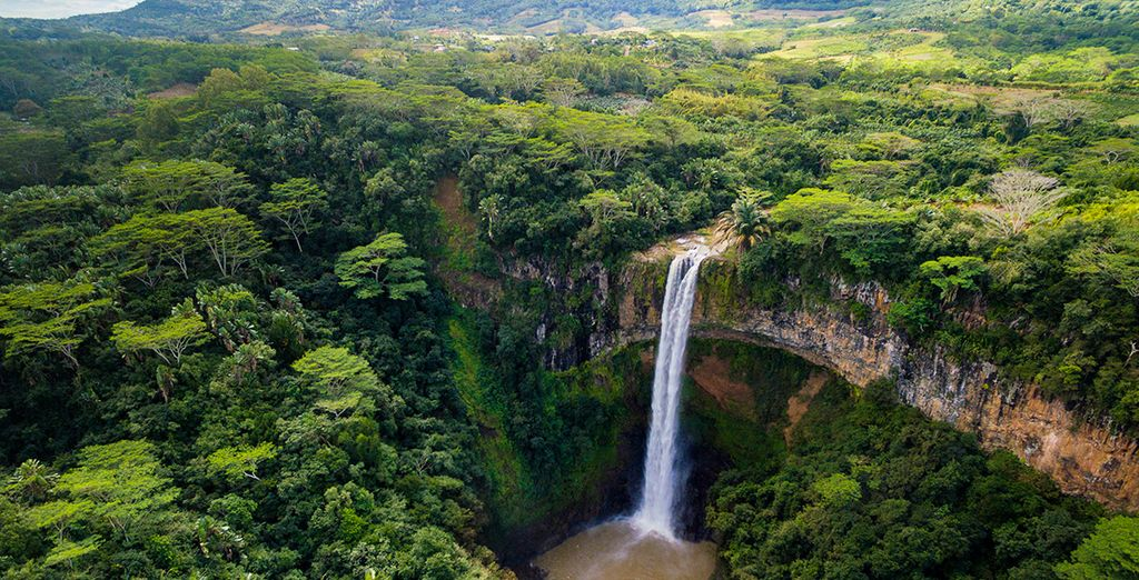 Visita lugares como la cascada de Chamarel