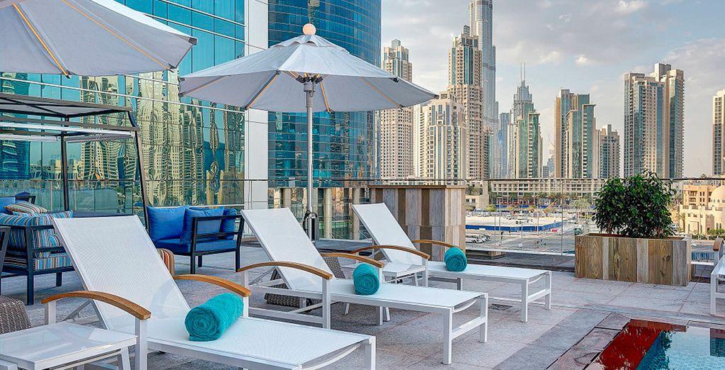¡Bienvenido a tu escapada a Dubai con alojamiento en el Steigenberger Hotel 5* y safari por el desierto!