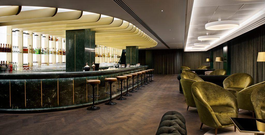 Tómate una copa por la noche en la barra de mármol verde icónico del Dandelyan Bar