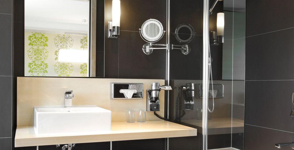 Un baño moderno y completo para tu estancia