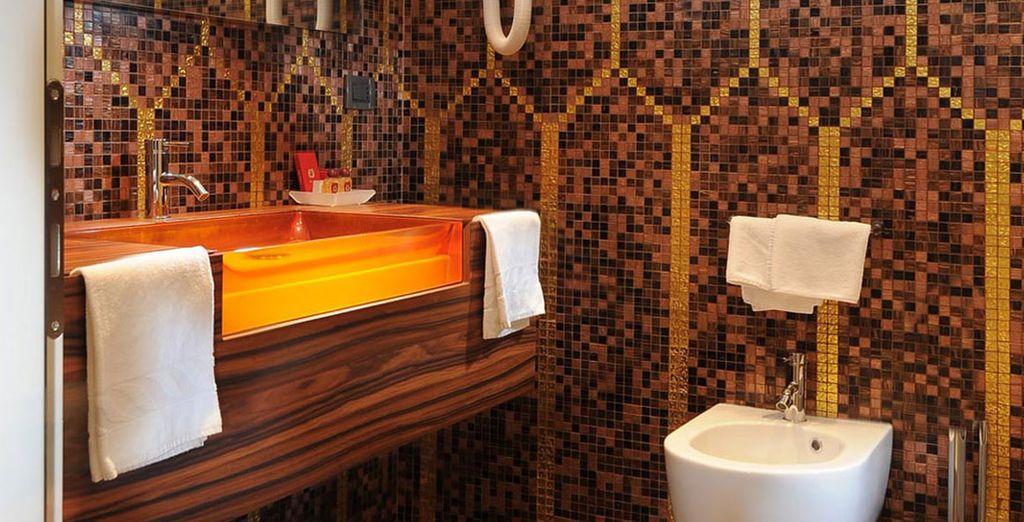 Incluso el baño privado cuenta con una decoración singular