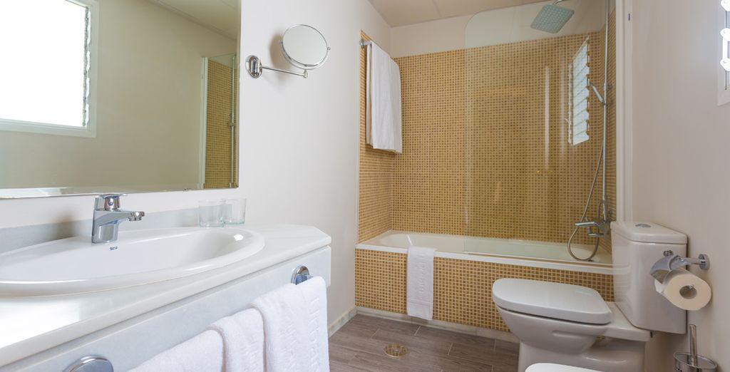 Baño con gran luminosidad, encimeras de mármol con bañera