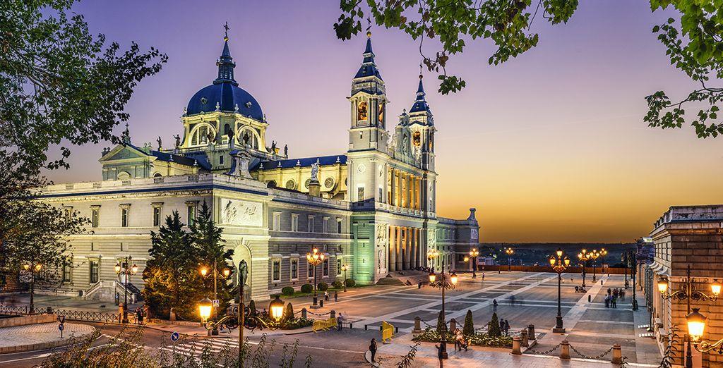 Pasea por Ópera y admira el Palacio Real y la Catedral de la Almudena