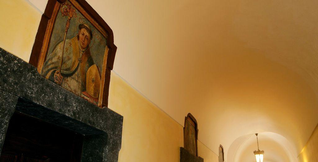 Esculturas, paneles y lienzos delicadamente seleccionados adornan los espacios comunes