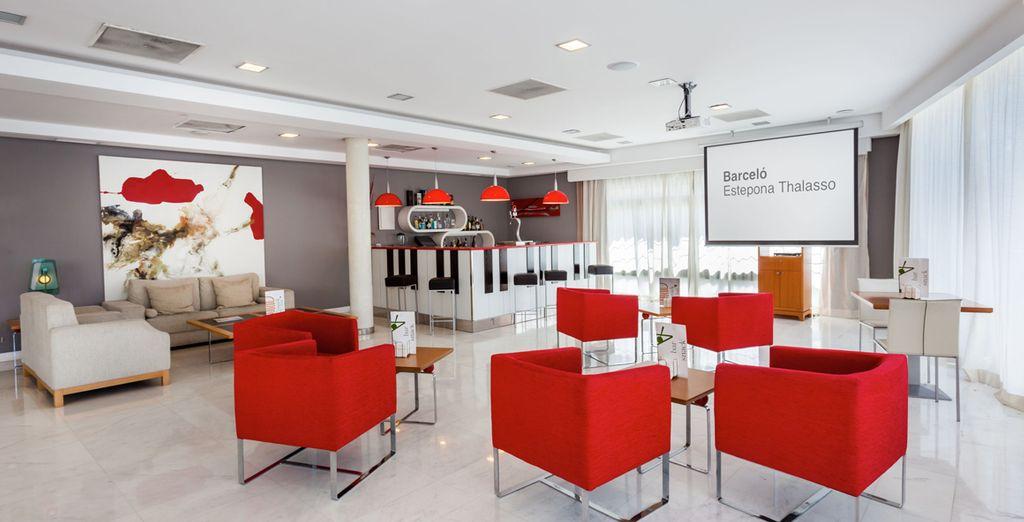 Un hotel con una moderna decoración