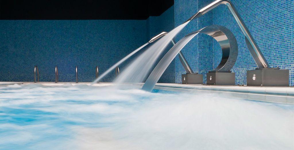 Relájate por completo con un baño en su piscina interior climatizada