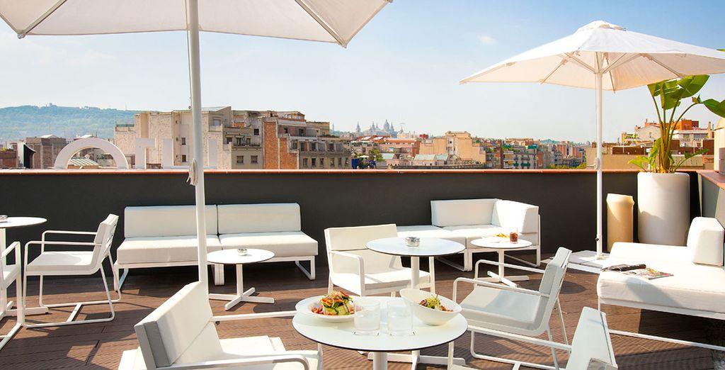 Disfruta en la terraza Sky Bar con vistas a Barcelona