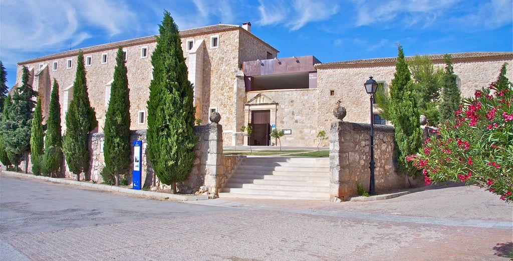 Enclavado en la Ruta del Quijote y en las inmediaciones de la Ruta del Vino de La Mancha