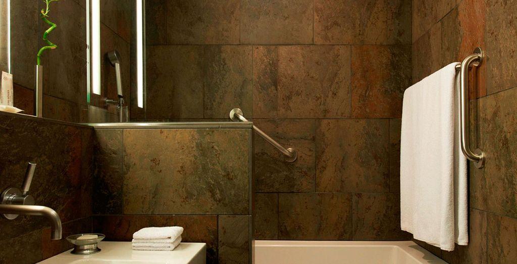 Un baño moderno y equipado