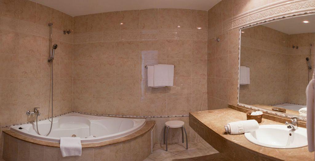 Un baño amplio con todas las comodidades