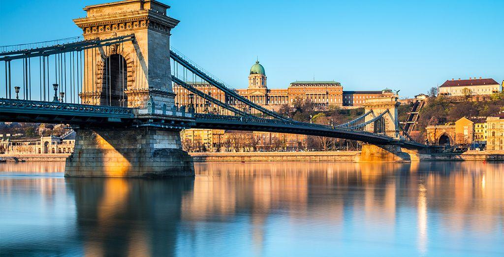 Cruza el Puente de las Cadenas en Budapest...
