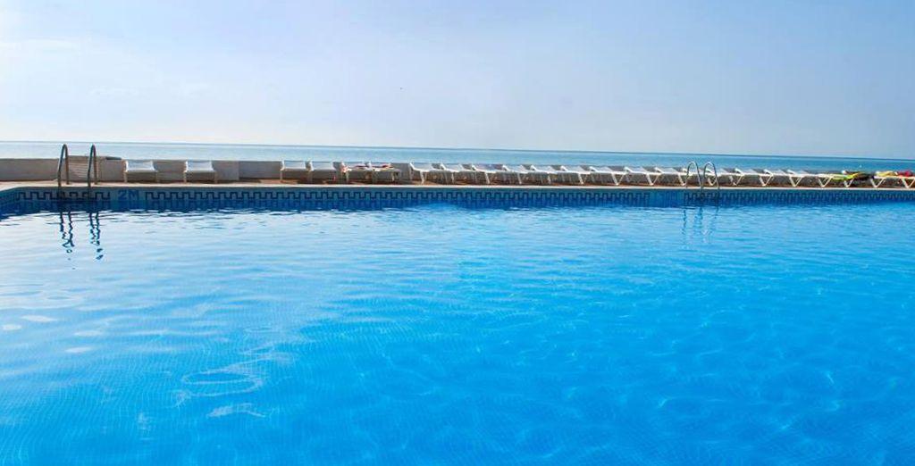 Espectacular piscina al borde del mar, con impresionantes vistas a la Costa Blanca