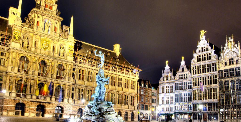La Grand Place iluminada te sorprenderá