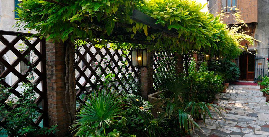 La terraza y el exterior del hotel te permitirán unas agradables vistas