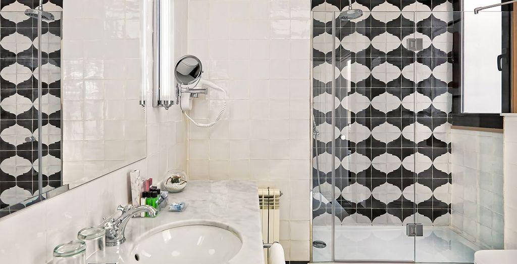 El amplio baño privado incluye todo lo necesario para que tu estancia sea perfecta