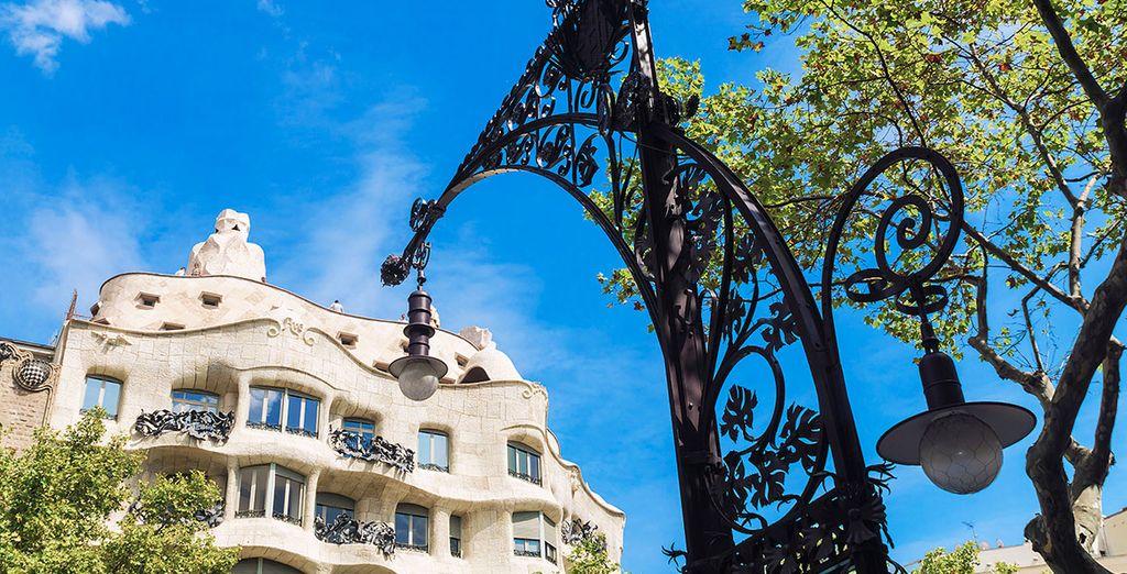 Acércate a Paseo de Gracia y aprovecha para realizar compras y visitar edificios como la Casa Milà o Casa Batlló