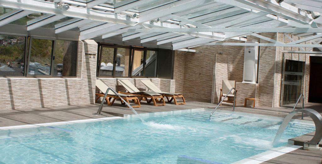Relájate en su piscina interior