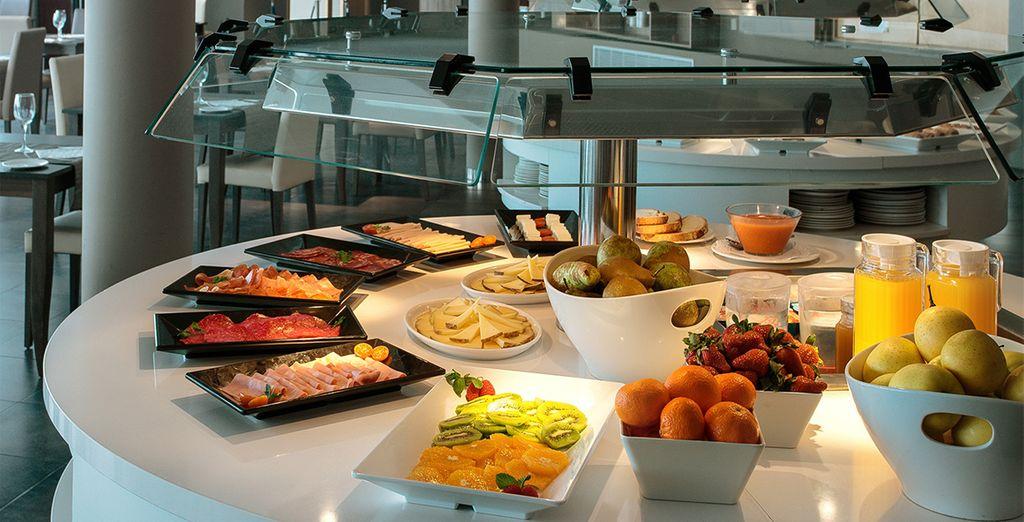 Empieza el día con un exquisito y completo desayuno buffet