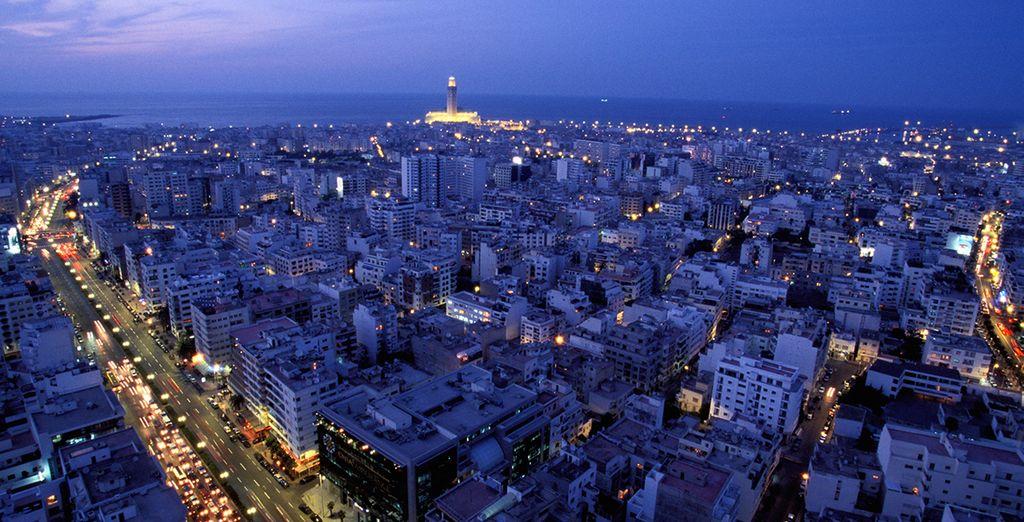 Una ciudad majestuosa de noche y de día que te está esperando