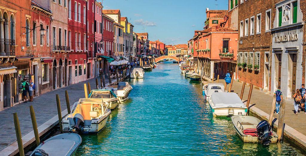Murano se ubica a 1 km de Venecia, en la laguna Véneta